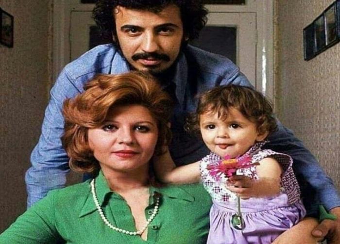 علی حاتمی در کنار همسرش زری خوشکام و دخترش لیلا حاتمی