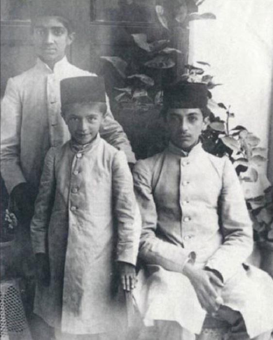 صادق هدایت در خانه پدری به همراه عیسی برادر بزرگ تر (سمت راست) و محمود برادر دیگرش (سمت چپ)