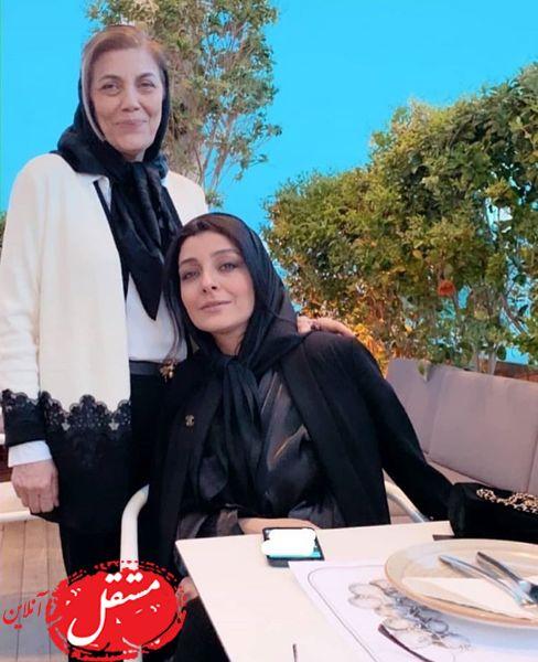 ساره بیات و مادرش در یک رستوران + عکس