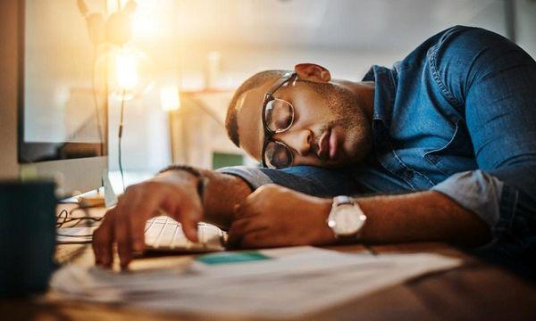چرا صبح ها احساس خستگی داریم؟ + علائم و درمان