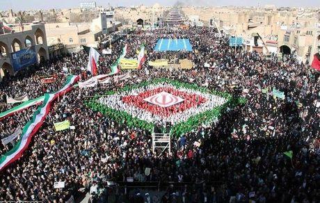 تصویر جالب از محمود احمدی نژاد در راهپیمایی 22 بهمن + عکس