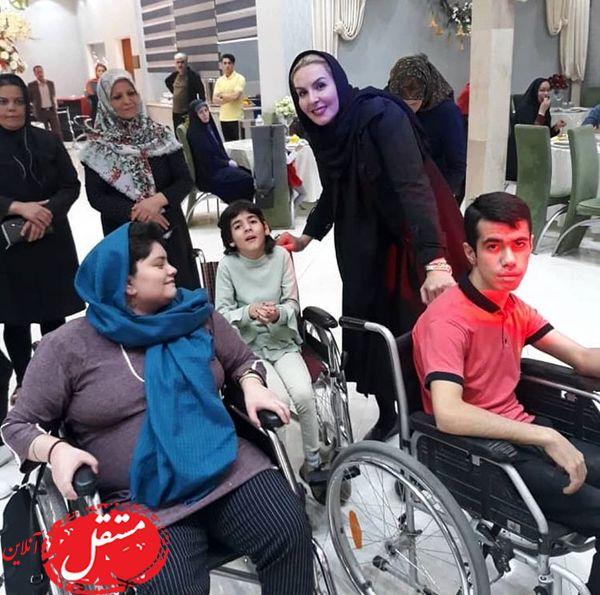 همراهی خانم بازیگر مشهور با معلولین در روز جهانی معلولین + عکس