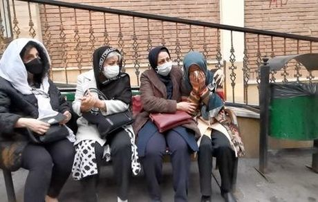 یک نیمکت و چهار زن