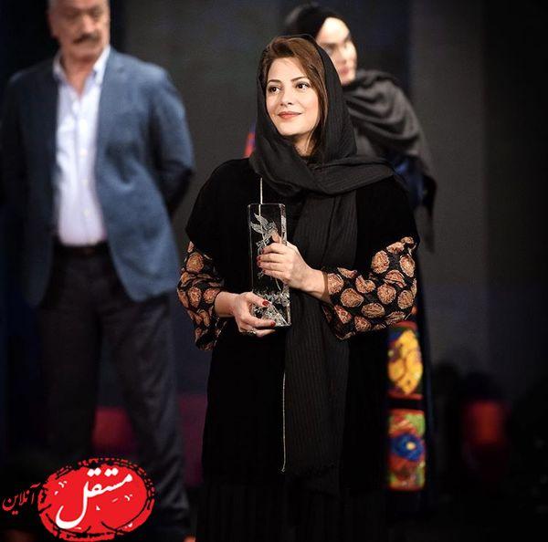طناز طباطبایی با جایزه ویژه اش + عکس