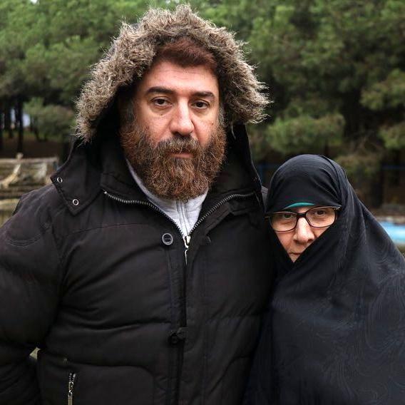 وداع جگرسوز مادر علی انصاریان با پسرش در مراسم خاکسپاری + تصاویر