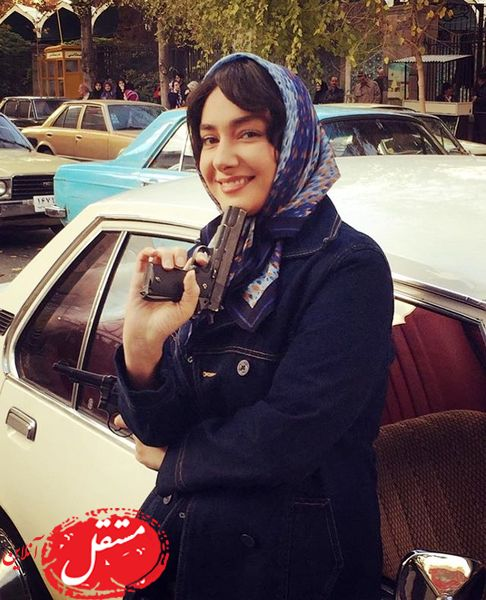 اسلحه به دست شدن خانم بازیگر در خیابان در یک فیلم + عکس