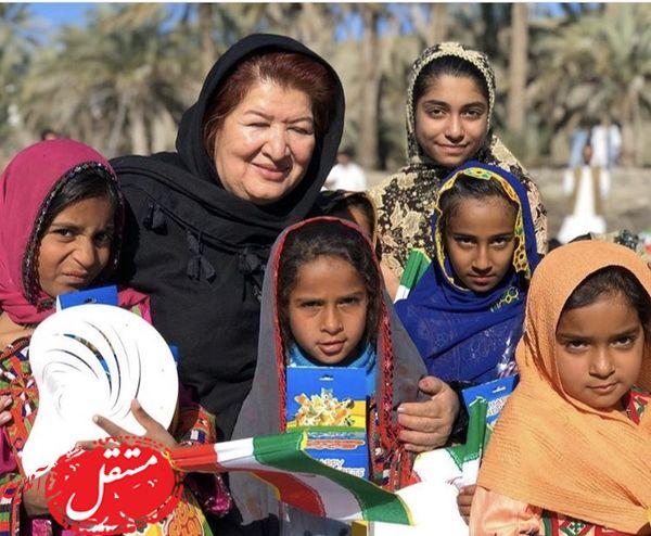 پوران درخشنده در میان بچه های بلوچستانی + عکس