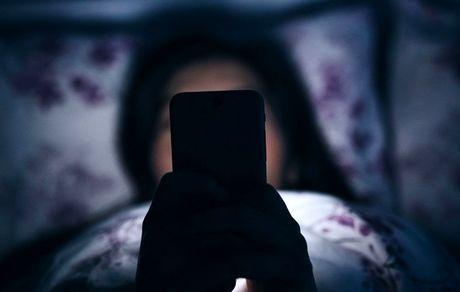 چرا نور موبایل موجب بی خوابی می شود