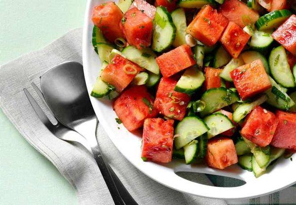 این سالاد میوه تابستانی را از دست ندهید / رفع تشنگی با سالاد هندوانه، خیار و نعنا