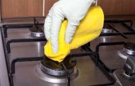 تمیز کردن میله اجاق گاز با نوعی خمیر مخصوص