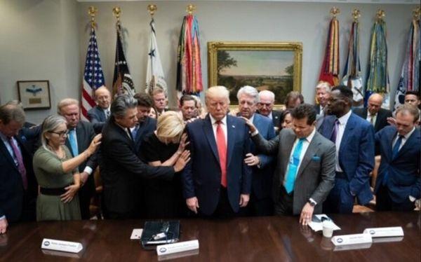 حرکت عجیب ترامپ در کاخ سفید+عکس
