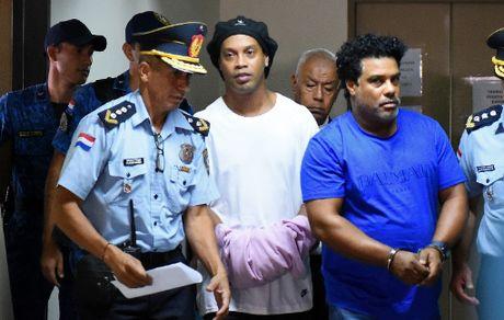 رونالدینیو به ۶ ماه زندان محکوم شد
