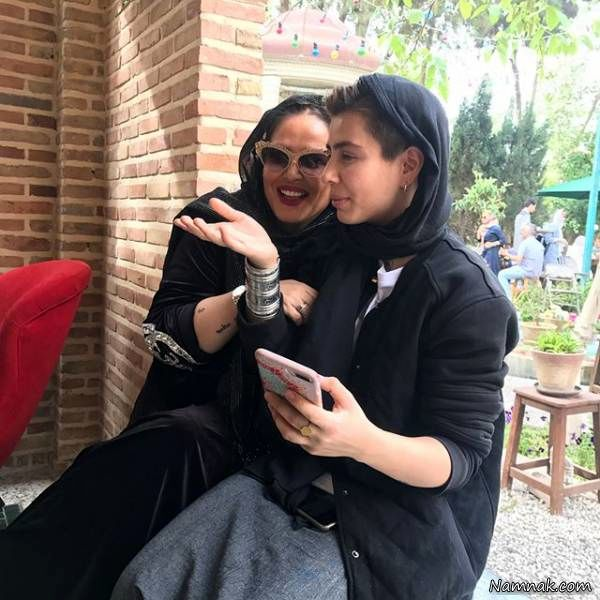 دختر بهاره رهنما در کنار مادرش