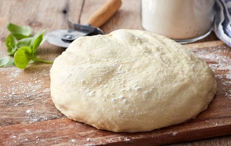 ۲ طرز تهیه خمیر جادویی پیتزا خانگی با ماست، شیر، مخمر یا بدون مخمر+نکات مهم