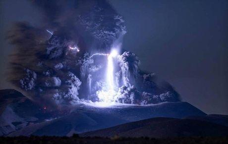 برخورد  رعد و برق به کوه آتشفشان
